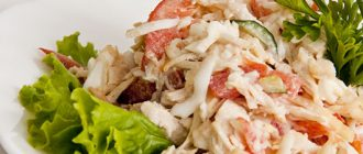 Барвистий салат з копченою куркою, перцем і сиром