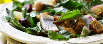 Салат з оселедцем, буряком і часниковими сухариками