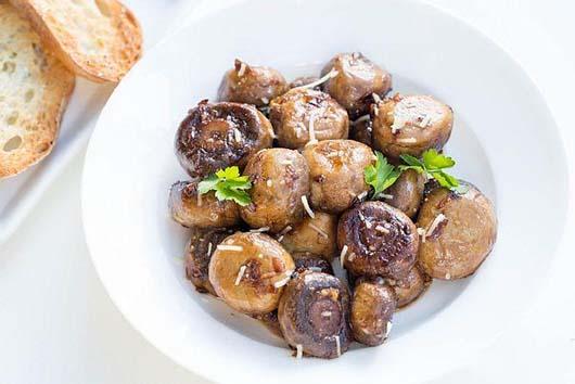 Смажені гриби з часником і пармезаном